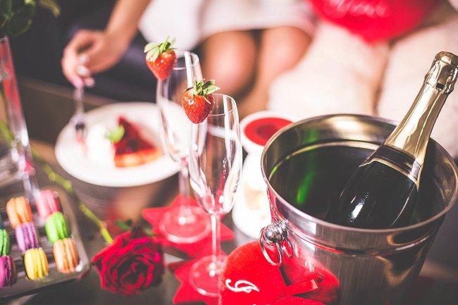 Празднование дня рождения с шампанским и фаллосом порно онлайн