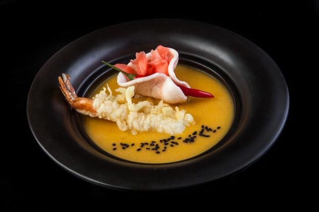 Ресторан «Якитория и Mojo», Санкт-Петербург: Крем-суп из тыквы с кокосовым молоком и креветкой в темпуре