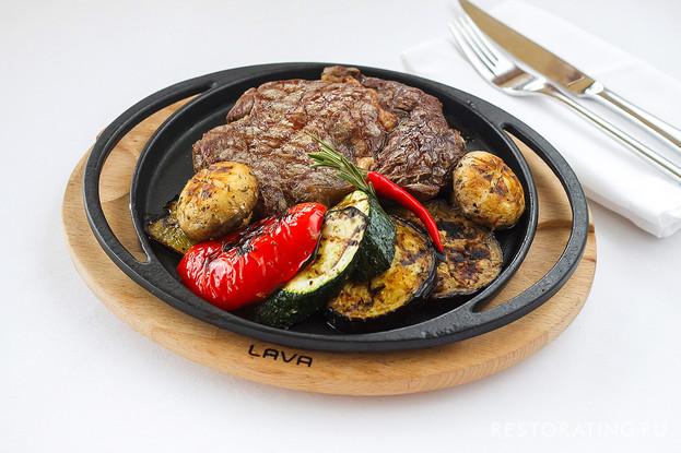 Ресторан «Шаляпин», Санкт-Петербург: Рибай, приготовленный на углях с овощами гриль