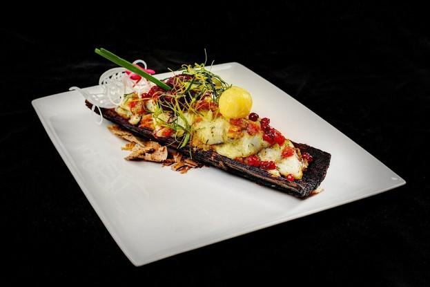 Ресторан «Русская рыбалка», Санкт-Петербург: Ломтики сига запеченные с рассольным сыром и овощами на осиновой коре