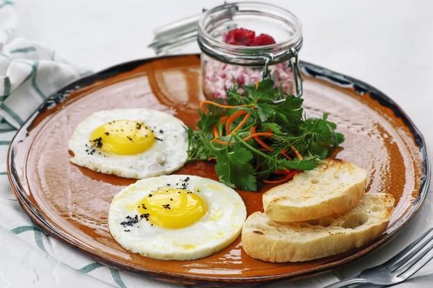 Глазунья из двух яиц и творог с малиной. ресторан «Мамаlыgа», Санкт-Петербург