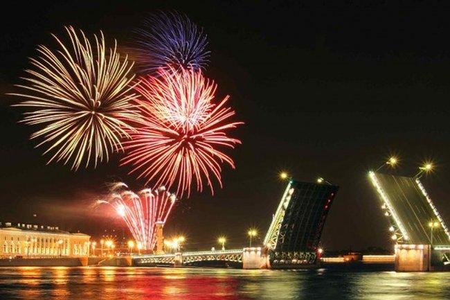 Летучий голландец: Панорамный вид на праздничный парад