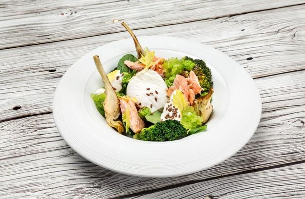 Ресторан «Летучий голландец», Санкт-Петербург: Салат с копченым лососем и артишоками