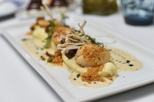 Ресторан «Ла маре», Санкт-Петербург: Гребешки с сырным пюре , азиатскими грибами и трюфельным Бербланом